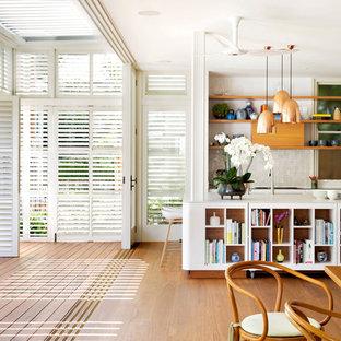 Zweizeilige Klassische Wohnküche mit offenen Schränken, hellbraunen Holzschränken, Küchenrückwand in Beige, braunem Holzboden und Kücheninsel in Sydney