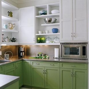 Foto på ett vintage u-kök, med en integrerad diskho, skåp i shakerstil, gröna skåp, bänkskiva i rostfritt stål, stänkskydd med metallisk yta och rostfria vitvaror