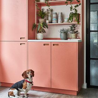ロンドンの中サイズの北欧スタイルのおしゃれなキッチン (アンダーカウンターシンク、フラットパネル扉のキャビネット、ターコイズのキャビネット、人工大理石カウンター、白いキッチンパネル、サブウェイタイルのキッチンパネル、パネルと同色の調理設備、磁器タイルの床、アイランドなし、グレーの床、白いキッチンカウンター) の写真