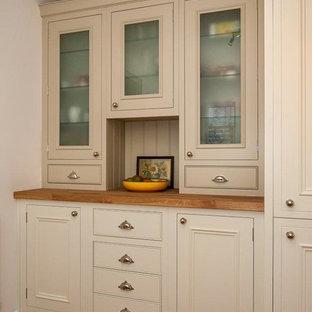 Ispirazione per una cucina design di medie dimensioni con lavello da incasso, ante in stile shaker, ante beige, top in granito, paraspruzzi nero, paraspruzzi con piastrelle in ceramica, elettrodomestici in acciaio inossidabile, pavimento in ardesia, penisola e pavimento arancione