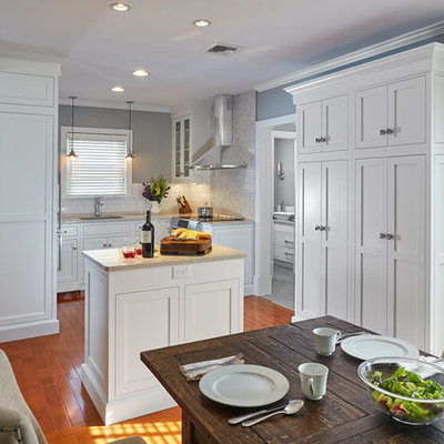 Small arts and crafts u-shaped medium tone wood floor eat-in kitchen photo in Other with an undermount sink, shaker cabinets, white cabinets, quartz countertops, white backsplash, porcelain backsplash, stainless steel appliances and an island