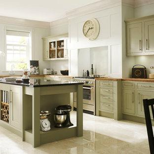 Große Klassische Küche in L-Form mit Schrankfronten im Shaker-Stil, grünen Schränken, Arbeitsplatte aus Holz, Küchengeräten aus Edelstahl, Kücheninsel und Travertin in Sonstige