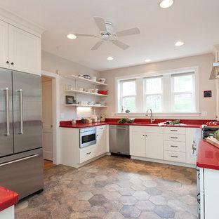 ブリッジポートの北欧スタイルのおしゃれなキッチン (アンダーカウンターシンク、シェーカースタイル扉のキャビネット、白いキャビネット、クオーツストーンカウンター、白いキッチンパネル、セラミックタイルのキッチンパネル、シルバーの調理設備の、磁器タイルの床、赤いキッチンカウンター) の写真