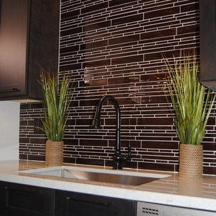 Cette photo montre une cuisine moderne de taille moyenne.
