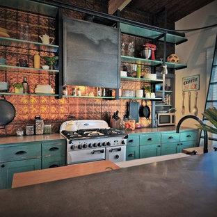 Стильный дизайн: параллельная кухня в стиле кантри с раковиной в стиле кантри, открытыми фасадами, искусственно-состаренными фасадами, столешницей из цинка, фартуком цвета металлик, фартуком из металлической плитки, белой техникой и островом - последний тренд
