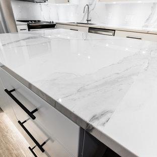 ダラスの小さいモダンスタイルのおしゃれなキッチン (アンダーカウンターシンク、フラットパネル扉のキャビネット、白いキャビネット、ガラスカウンター、白いキッチンパネル、磁器タイルのキッチンパネル、シルバーの調理設備の、クッションフロア、茶色い床、白いキッチンカウンター) の写真