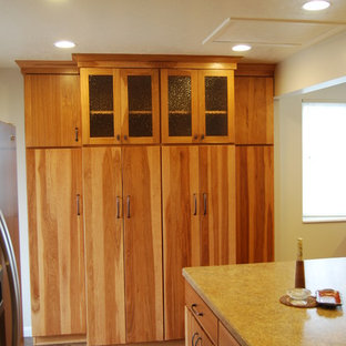 Mid-sized country l-shaped eat-in kitchen in Salt Lake City with a double-bowl sink, medium wood cabinets, laminate benchtops, stainless steel appliances and with island.