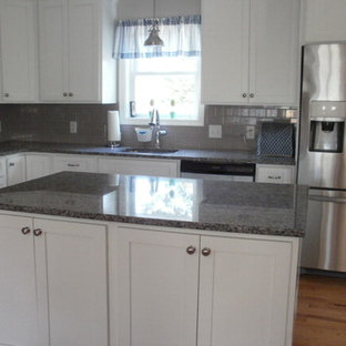 ブリッジポートの小さいトランジショナルスタイルのおしゃれなキッチン (シェーカースタイル扉のキャビネット、白いキャビネット、御影石カウンター、セラミックタイルのキッチンパネル、シルバーの調理設備の、淡色無垢フローリング、ピンクの床) の写真