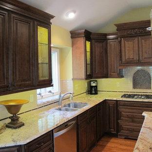 他の地域のヴィクトリアン調のおしゃれなキッチン (ダブルシンク、濃色木目調キャビネット、大理石カウンター、白いキッチンパネル、シルバーの調理設備の、無垢フローリング、レイズドパネル扉のキャビネット) の写真