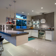 Modern Kitchen by H3K Design
