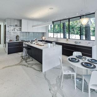 Idee per una grande cucina minimalista con lavello sottopiano, ante lisce, ante bianche, top in quarzite, paraspruzzi grigio, elettrodomestici in acciaio inossidabile, pavimento in marmo, isola e pavimento bianco