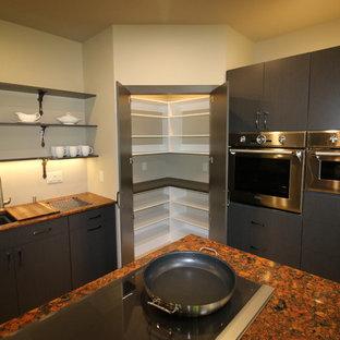 Ispirazione per una cucina ad U moderna chiusa e di medie dimensioni con lavello a doppia vasca, ante lisce, ante marroni, top in granito, elettrodomestici in acciaio inossidabile, pavimento in gres porcellanato e isola