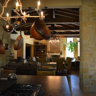 サンフランシスコの広いラスティックスタイルのおしゃれなキッチン (エプロンフロントシンク、大理石カウンター、ベージュキッチンパネル、カラー調理設備、トラバーチンの床、シェーカースタイル扉のキャビネット、淡色木目調キャビネット) の写真