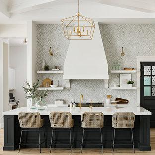 Foto på ett vintage vit parallellkök, med bänkskiva i kvarts, öppna hyllor, svarta skåp, grått stänkskydd, ljust trägolv, en köksö och brunt golv