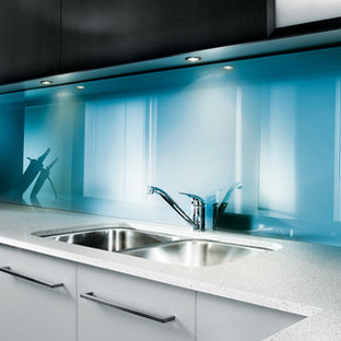 Eat-in kitchen - contemporary eat-in kitchen idea in Columbus with glass sheet backsplash