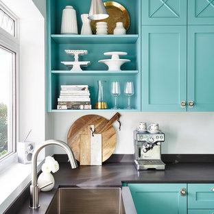 Klassische Küche ohne Insel mit Landhausspüle, Schrankfronten im Shaker-Stil, blauen Schränken, Küchenrückwand in Metallic, Rückwand aus Metallfliesen und Küchengeräten aus Edelstahl in Toronto