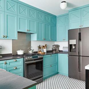 Cette photo montre une cuisine exotique avec un évier de ferme, un placard à porte shaker, des portes de placard bleues, une crédence métallisée, une crédence en dalle métallique, un électroménager en acier inoxydable et aucun îlot.