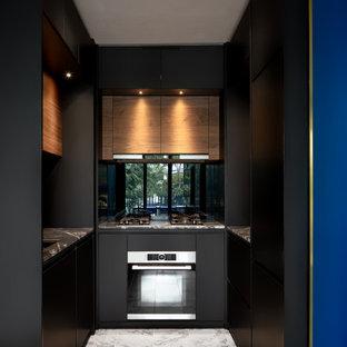 Geschlossene, Kleine Moderne Küche ohne Insel in U-Form mit Unterbauwaschbecken, flächenbündigen Schrankfronten, schwarzen Schränken, Rückwand aus Spiegelfliesen, Elektrogeräten mit Frontblende, grauem Boden und grauer Arbeitsplatte in Singapur
