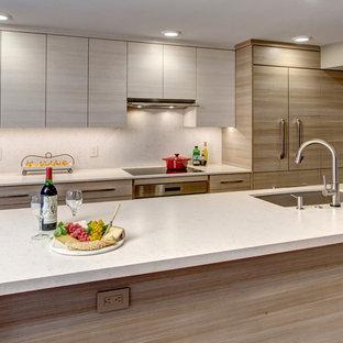 シアトルの小さいコンテンポラリースタイルのおしゃれなキッチン (アンダーカウンターシンク、フラットパネル扉のキャビネット、茶色いキャビネット、クオーツストーンカウンター、ベージュキッチンパネル、シルバーの調理設備、コルクフローリング) の写真