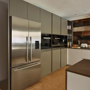 ロンドンのコンテンポラリースタイルのおしゃれなアイランドキッチン (フラットパネル扉のキャビネット、グレーのキャビネット、珪岩カウンター、シルバーの調理設備の、コルクフローリング) の写真