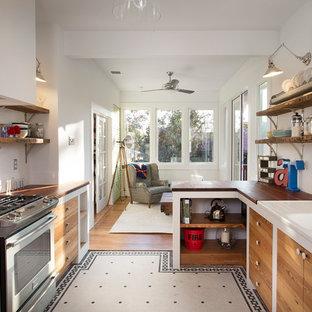 Immagine di una cucina bohémian chiusa con paraspruzzi con piastrelle diamantate, top in legno, lavello integrato e nessun'anta