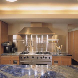 Moderne Küche mit hellen Holzschränken, Küchenrückwand in Metallic, Küchengeräten aus Edelstahl und blauer Arbeitsplatte in Chicago