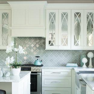 Foto på ett litet vintage kök, med en rustik diskho, släta luckor, vita skåp, bänkskiva i kvarts, grått stänkskydd, stänkskydd i keramik, rostfria vitvaror, bambugolv, en köksö och flerfärgat golv