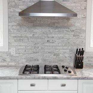 Mittelgroße Klassische Wohnküche in U-Form mit Landhausspüle, weißen Schränken, Quarzit-Arbeitsplatte, Küchenrückwand in Grau, Küchengeräten aus Edelstahl, dunklem Holzboden, profilierten Schrankfronten, Rückwand aus Marmor und zwei Kücheninseln in Toronto