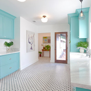 他の地域の中サイズのおしゃれな独立型キッチン (エプロンフロントシンク、シェーカースタイル扉のキャビネット、緑のキャビネット、大理石カウンター、グレーのキッチンパネル、シルバーの調理設備の、セラミックタイルの床) の写真