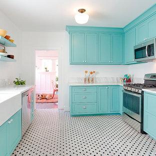 Mittelgroße Urige Küche mit Landhausspüle, Schrankfronten im Shaker-Stil, grünen Schränken, Marmor-Arbeitsplatte, Küchenrückwand in Grau, Rückwand aus Stein, Küchengeräten aus Edelstahl und Keramikboden in Sonstige