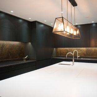 ロンドンの巨大なヴィクトリアン調のおしゃれなキッチン (ドロップインシンク、フラットパネル扉のキャビネット、濃色木目調キャビネット、珪岩カウンター、マルチカラーのキッチンパネル、メタルタイルのキッチンパネル、シルバーの調理設備、コンクリートの床、グレーの床、白いキッチンカウンター) の写真