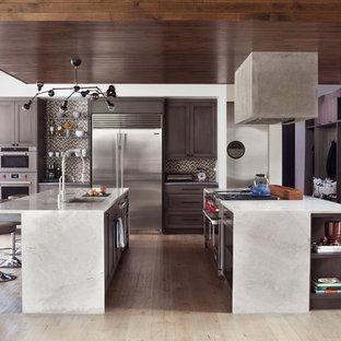 デンバーの大きいエクレクティックスタイルのおしゃれなキッチン (落し込みパネル扉のキャビネット、濃色木目調キャビネット、御影石カウンター、マルチカラーのキッチンパネル、ボーダータイルのキッチンパネル、シルバーの調理設備の、淡色無垢フローリング、ベージュの床、グレーのキッチンカウンター、アンダーカウンターシンク) の写真