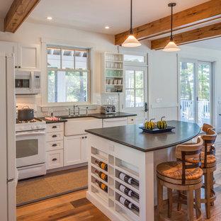 Свежая идея для дизайна: угловая кухня в стиле кантри с раковиной в стиле кантри, фасадами в стиле шейкер, белыми фасадами, белым фартуком, фартуком из плитки кабанчик и белой техникой - отличное фото интерьера