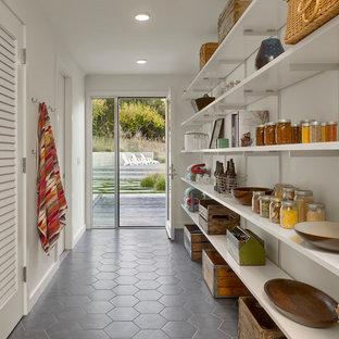 Idéer för ett lantligt linjärt skafferi, med öppna hyllor, vita skåp och grått golv
