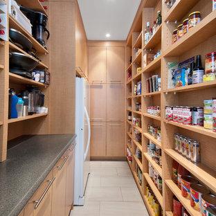 Modelo de cocina de galera, contemporánea, con despensa, armarios abiertos, puertas de armario de madera clara, encimera de laminado, electrodomésticos blancos, suelo de baldosas de porcelana y suelo beige
