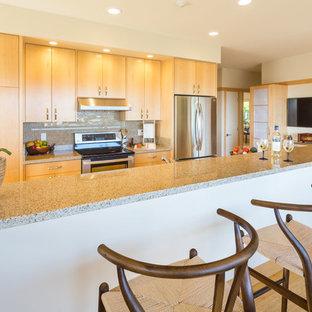 Asiatisk inredning av ett litet kök, med en dubbel diskho, släta luckor, skåp i ljust trä, granitbänkskiva, flerfärgad stänkskydd, rostfria vitvaror, bambugolv och en köksö