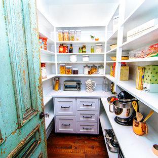 オースティンの大きいカントリー風おしゃれなキッチン (シェーカースタイル扉のキャビネット、白いキャビネット、御影石カウンター、白いキッチンパネル、シルバーの調理設備の、竹フローリング、茶色い床、白いキッチンカウンター) の写真