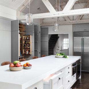 Geräumige Klassische Küche mit Schrankfronten mit vertiefter Füllung, weißen Schränken und Küchengeräten aus Edelstahl in Boston