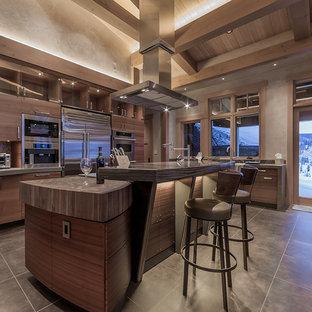 Esempio di una grande cucina minimalista con ante lisce, ante marroni, elettrodomestici in acciaio inossidabile, pavimento in pietra calcarea e 2 o più isole