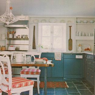Ejemplo de cocina en U, rústica, pequeña, abierta, sin isla, con suelo de pizarra, armarios estilo shaker, puertas de armario grises, encimera de mármol, salpicadero blanco, electrodomésticos con paneles y fregadero bajoencimera