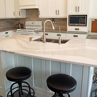 トロントの大きいインダストリアルスタイルのおしゃれなキッチン (アンダーカウンターシンク、シェーカースタイル扉のキャビネット、白いキャビネット、クオーツストーンカウンター、グレーのキッチンパネル、セメントタイルのキッチンパネル、セラミックタイルの床、グレーの床、マルチカラーのキッチンカウンター) の写真