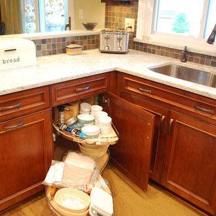 クリーブランドの中サイズのラスティックスタイルのおしゃれなキッチン (アンダーカウンターシンク、フラットパネル扉のキャビネット、中間色木目調キャビネット、クオーツストーンカウンター、マルチカラーのキッチンパネル、スレートの床、シルバーの調理設備の、クッションフロア、茶色い床) の写真