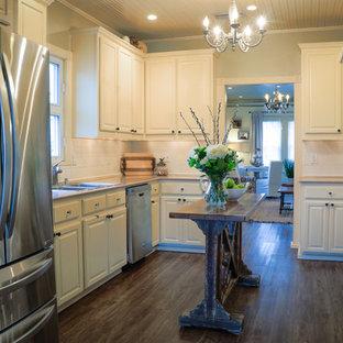 オースティンの小さいエクレクティックスタイルのおしゃれなキッチン (ドロップインシンク、シェーカースタイル扉のキャビネット、ベージュのキャビネット、御影石カウンター、白いキッチンパネル、シルバーの調理設備、濃色無垢フローリング、アイランドなし、茶色い床、マルチカラーのキッチンカウンター) の写真