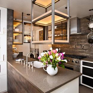 アルバカーキの中くらいのサンタフェスタイルのおしゃれなII型キッチン (シルバーの調理設備、エプロンフロントシンク、オープンシェルフ、白いキャビネット、人工大理石カウンター、茶色いキッチンパネル) の写真