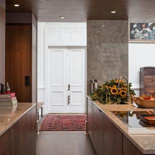 シアトルのエクレクティックスタイルのおしゃれなキッチン (アンダーカウンターシンク、フラットパネル扉のキャビネット、濃色木目調キャビネット、珪岩カウンター、ベージュキッチンパネル、石スラブのキッチンパネル、パネルと同色の調理設備、磁器タイルの床、黒い床、ベージュのキッチンカウンター) の写真