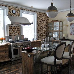ボストンのコンテンポラリースタイルのおしゃれなキッチン (シルバーの調理設備の、ガラスカウンター) の写真
