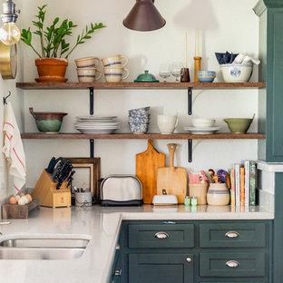 Idee per una piccola cucina boho chic con ante in stile shaker, ante verdi, top in quarzo composito, penisola e top grigio