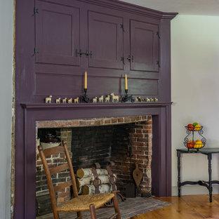 Exemple d'une grande cuisine américaine nature en L avec un placard avec porte à panneau encastré, des portes de placard violettes, un sol en bois brun et un îlot central.