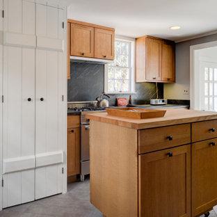 Idéer för lantliga svart kök, med skåp i shakerstil, skåp i ljust trä, svart stänkskydd, rostfria vitvaror, flera köksöar och grått golv