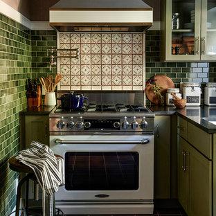 フィラデルフィアのトラディショナルスタイルのおしゃれなキッチン (ガラス扉のキャビネット、緑のキャビネット、マルチカラーのキッチンパネル、白い調理設備、茶色い床) の写真